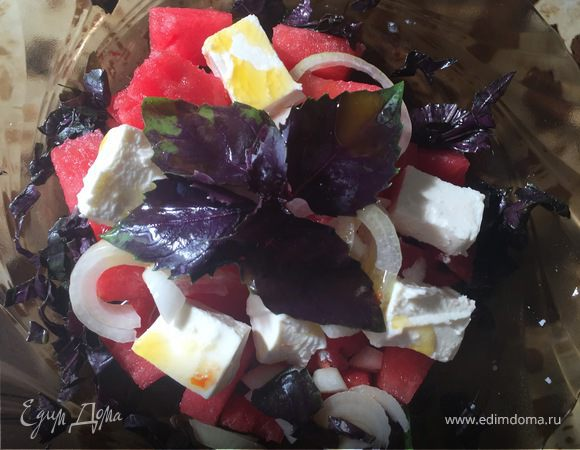 Салат с арбузом, сыром и базиликом
