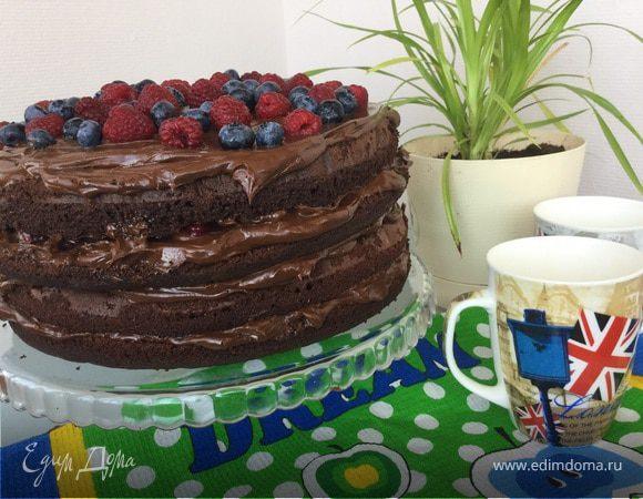 Шоколадный торт с малиной и голубикой