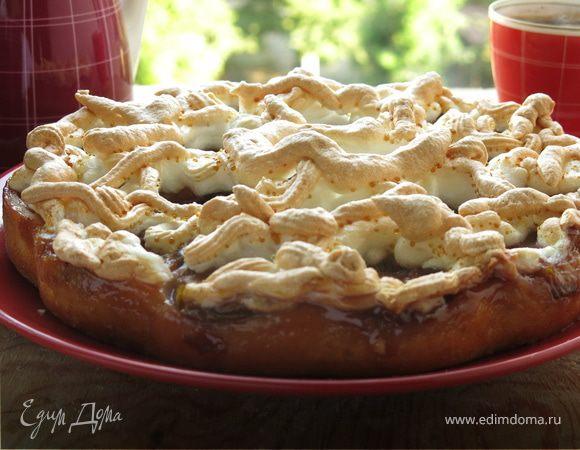 Пирог на йогурте со сливами и меренгой