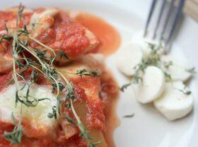 Курица с овощами и моцареллой под томатным соусом