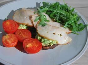 Бутерброды с ветчиной, помидорами-гриль и руколой