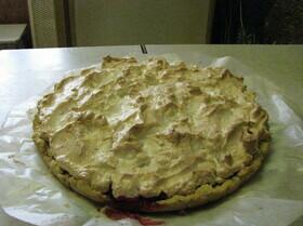 Пирог с безе и ягодами