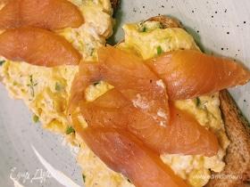 Яйца скрэмбл со слабосоленой семгой