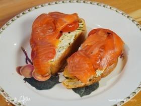 Бутерброды с лососем, помидорами и сливочным сыром