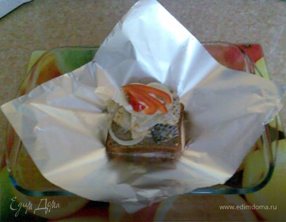 Рыба в фольге на кусочке хлеба