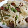Паста с зеленым горошком, фасолью и копчеными колбасками
