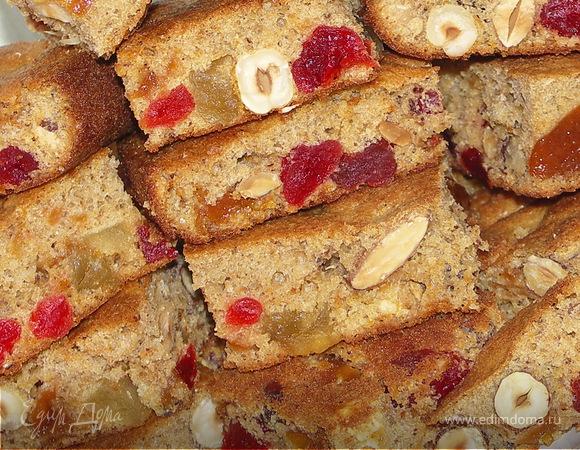 Бисквит из цельнозерновой муки с абрикосовым вареньем и орехами.