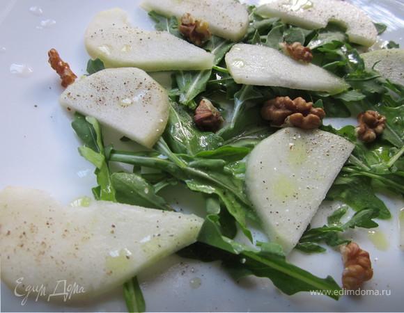 Зеленый салат с грушей и руколой