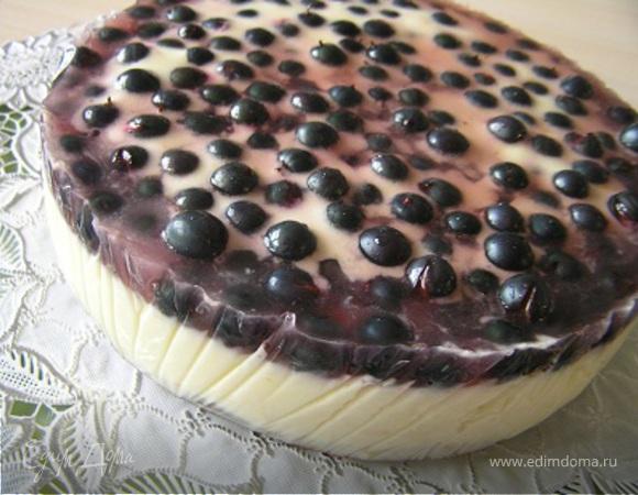 Торт со сливочно-цитрусовым суфле и черной смородиной