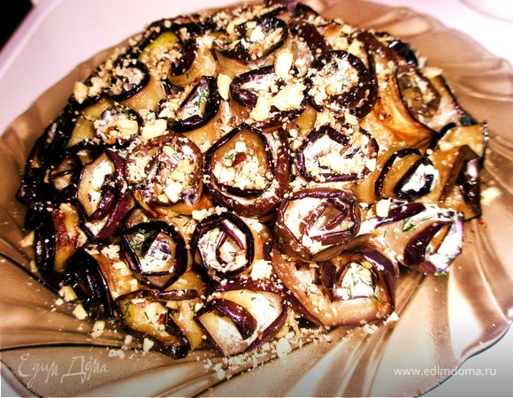 Торт из баклажанных рулетиков с чесноком, пармезаном и орехами