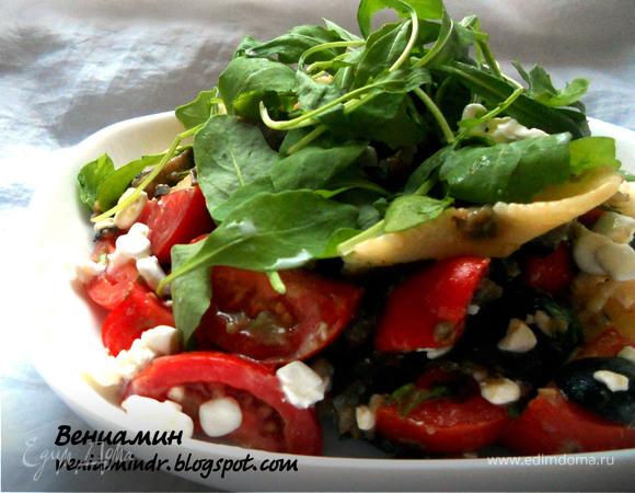 Теплый салат с пастой, баклажанами и творожным сыром