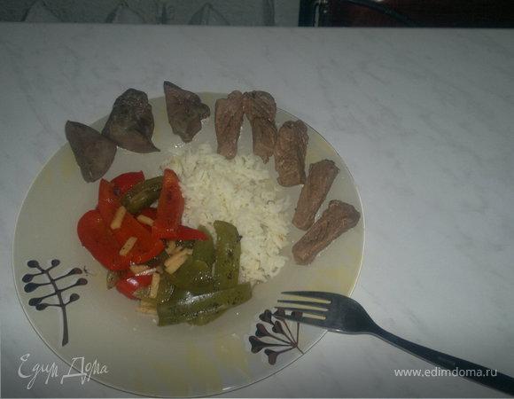 Микс обед ( печень индейки + филе говядины ) + рис басмати с шафраном и Поджареные Болгарские перцы с имбирем.