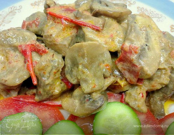 Куриные желудочки, шампиньоны и вяленые овощи.