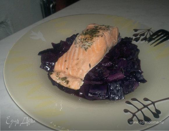 Капуста в вине и стейк лосося в травах.