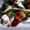 Теплый салат с руколой, мясными шариками и бруснично-имбирной заправкой