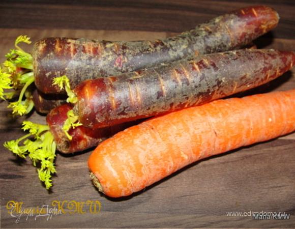 Салат с фиолетовой морковкой, зернышками граната и пармезаном