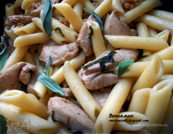 Паста с курицей, грецкими орехами и шалфеем