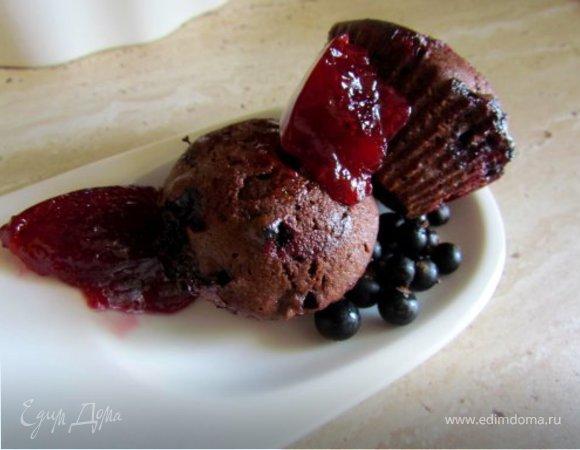 Шоколадные маффины с черной смородиной