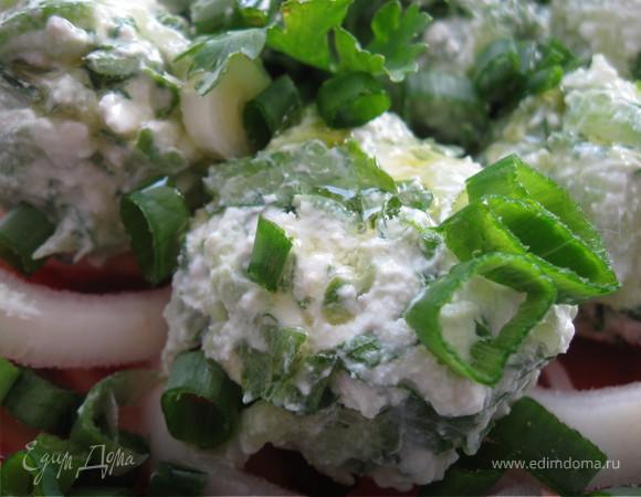Салат из помидоров с огуречно-брынзовыми шариками
