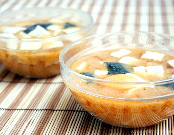 Суп Мисо с креветками, тофу и целым яйцом