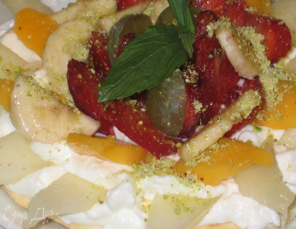 Фруктово-ягодное пирожное с фисташками на лимонно-белковой основе