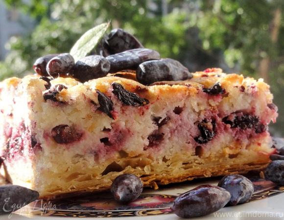 Пирог с кремом Франжипане и жимолостью