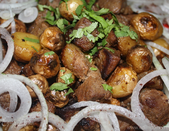 Мелкий молодой картофель, запеченный в казане с тушеной говядиной
