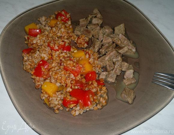 Гречка с томатным пюре, перцем и тыквой, говядина тушеная с тимьяном