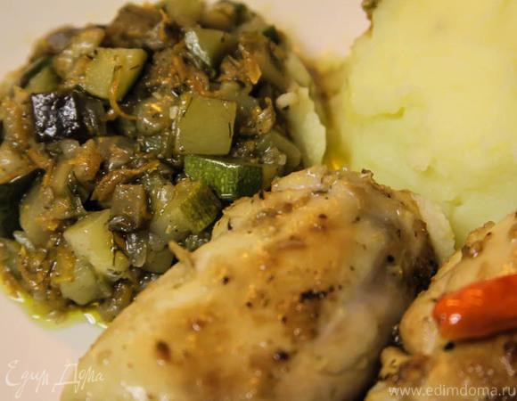 Остренькие тушеные куриные бедрышки с овощами и картофельной пюрешкой