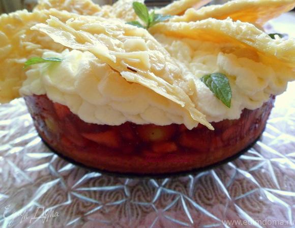 Яблочно-виноградный пирог в малиновом желе со взбитыми сливками и карамелизированным миндалем