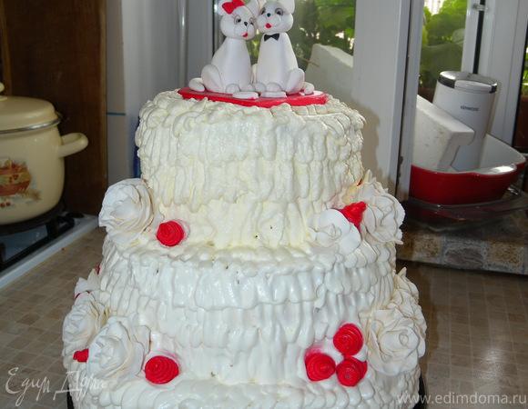 Шоколадный торт с йогуртовым суфле с малиной, покрытый взбитыми сливками (праздничный, свадебный)