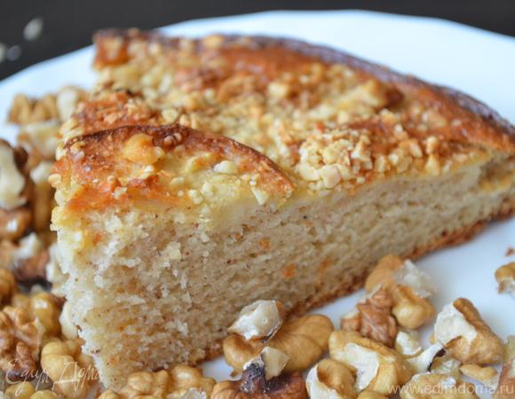 Легкий и воздушный яблочный пирог с орешками