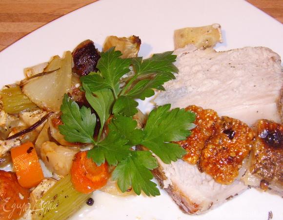 Запеченная свинина с хрустящей корочкой на подушке из овощей