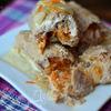 Крученики с сыром, луком и морковью под сметанной заливкой