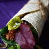 Бурито с чили из красной фасоли с говядиной, рисом и зеленым салатом