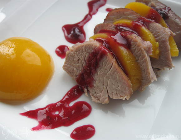 Индейка, глазированная медом с клюквенным соусом и персиком в легком сиропе
