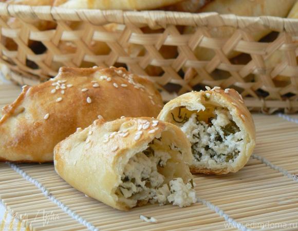 Закусочные пирожки с брынзой и зеленью