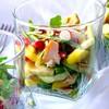 Салат из копченой курицы, манго и авокадо