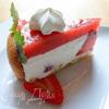 Легкий торт из печенья, творожно-сливочного крема, клубники, клубничного мусса и безе