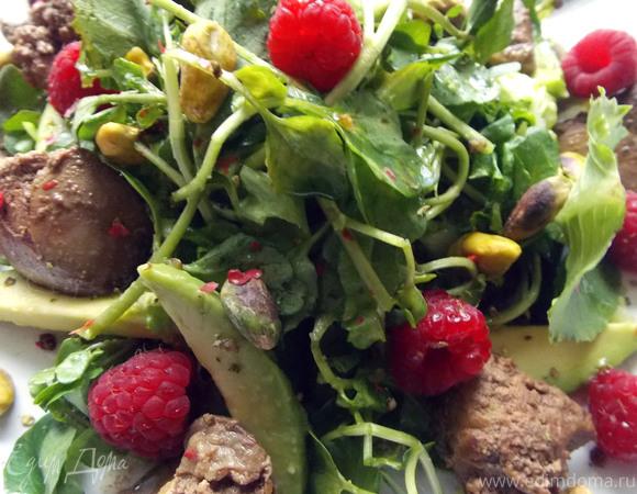 Салат с печенью, авокадо, малиной и фисташками