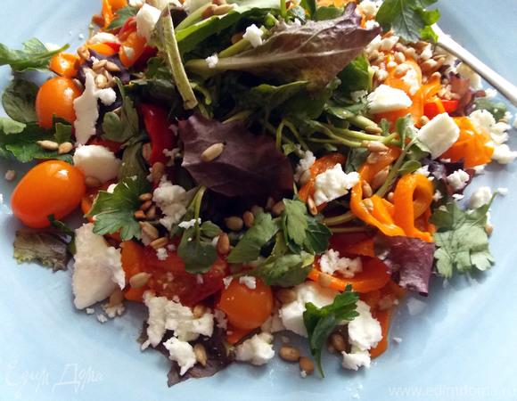 Салат с запеченным сладким перцем, томатами и фетой