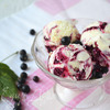 Сливочно-смородиновое мороженое с грильяжем
