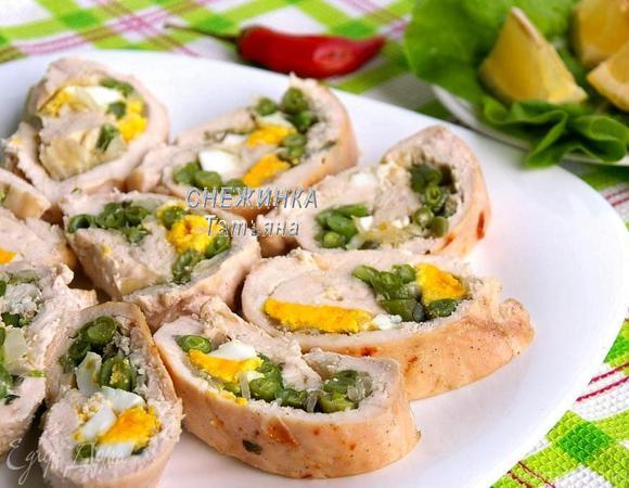 Куриный рулет со спаржевой фасолью, яйцом и сыром Джюгас