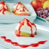 Яблочное пирожное с меренгой и малиновым соусом