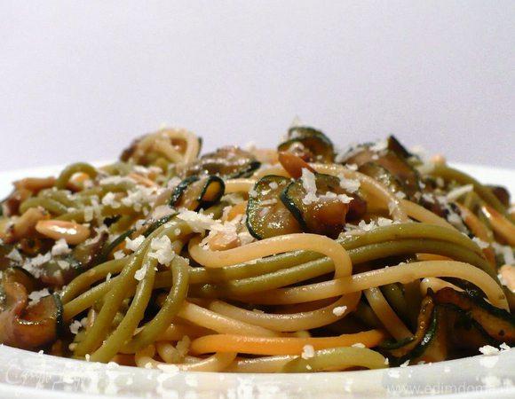 Цветные спагетти с цукини, бальзамико и кедровыми орешками