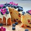 Кекс с цукатами, ягодами и сливочной глазурью