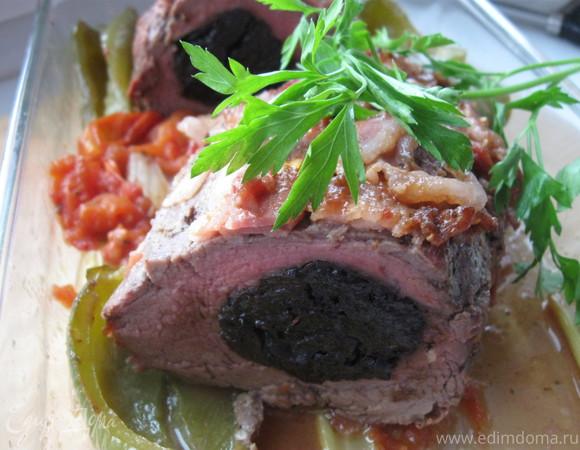 Запеченная говяжья вырезка с черносливом