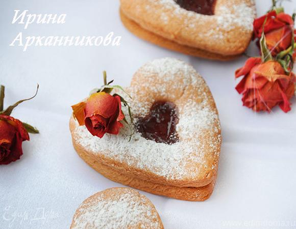 Розовое двухслойное печенье с клубничным джемом