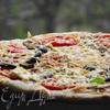 Пицца с фетой, помидорами и оливками