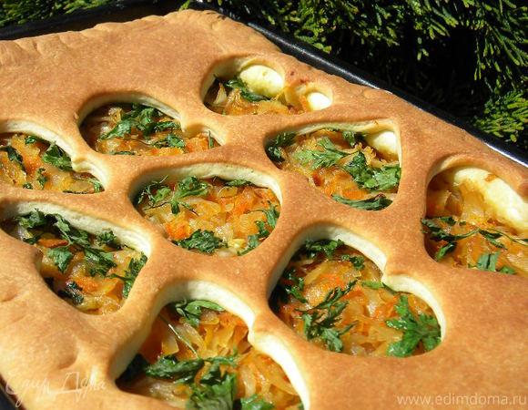 Масляный пирог с маринованной капустой